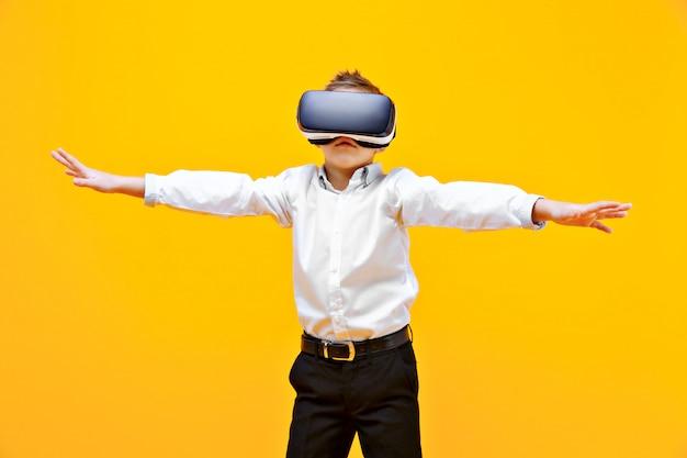 Menino animado, sendo na realidade virtual Foto Premium