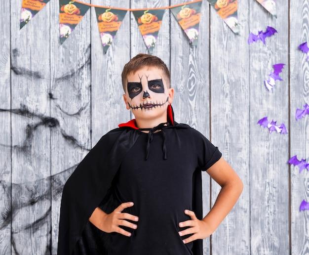Menino assustador em traje de halloween Foto gratuita