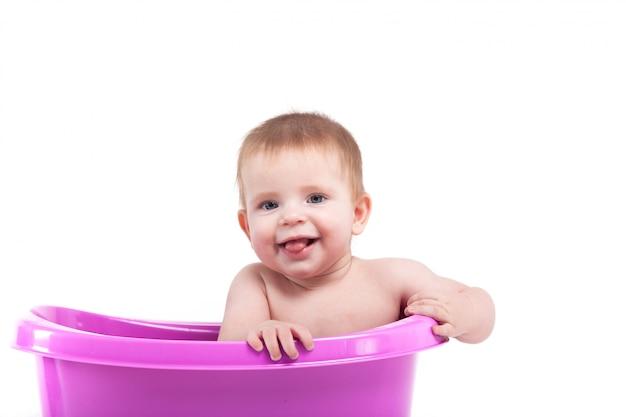 Menino atraente bonito tomar banho na banheira Foto Premium