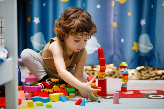 Menino autista brincando com cubos em casa Foto Premium