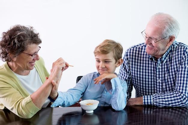Menino avó do sexo feminino comer criança | Foto Grátis