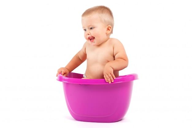 Menino bebê, em, roxo, banheira Foto Premium