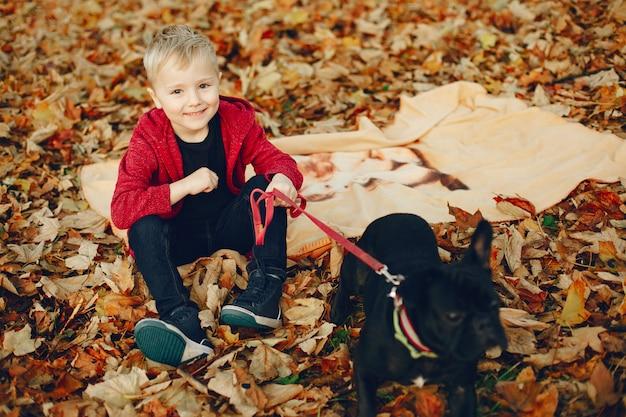 Menino bonitinho brincando em um parque Foto gratuita
