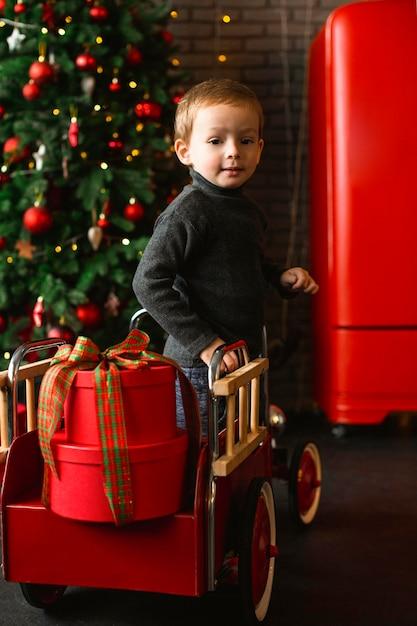 Menino brincando com brinquedos de natal Foto gratuita