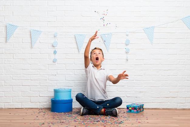 Menino, celebrando, seu, aniversário, com, confetti, um partido Foto Premium