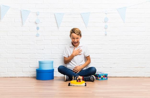Menino, celebrando, seu, aniversário, com, um, bolo, rir Foto Premium