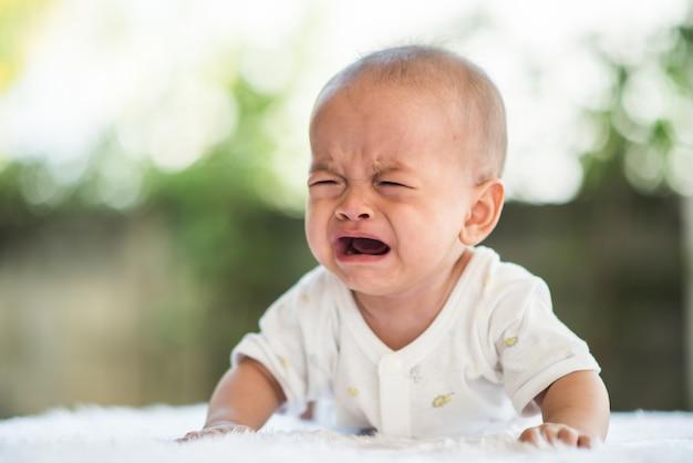 Menino chorando. retrato de criança triste Foto gratuita