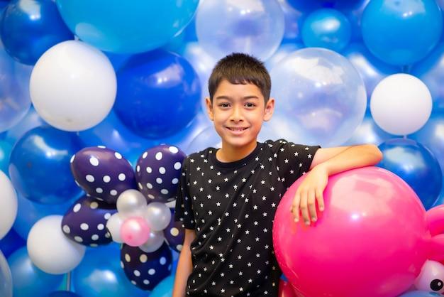 Menino com balões coloridos Foto Premium
