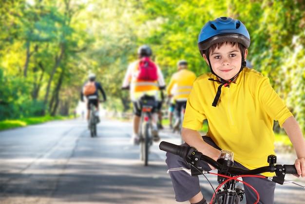 Menino com bicicleta Foto Premium