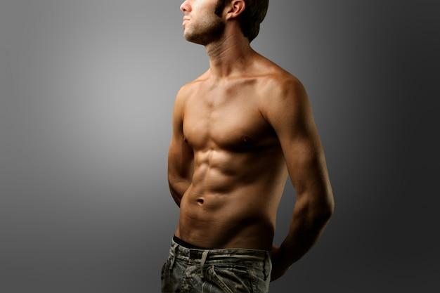 Menino, com, calças brim, e, pelado, torso Foto Premium