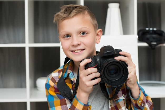 Menino, com, câmera Foto gratuita