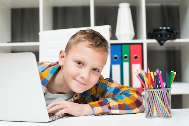 Menino, com, laptop, escrivaninha Foto gratuita