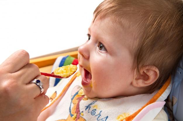 Menino comendo bebê Foto Premium
