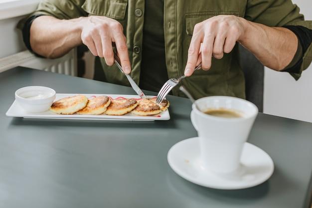 Menino, comer, em, um, restaurante Foto gratuita