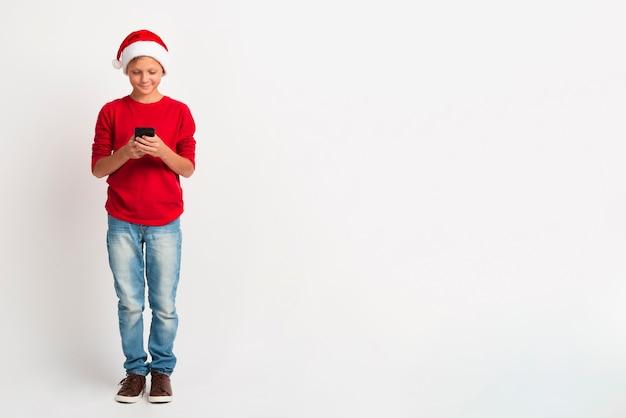 Menino de natal com espaço de cópia Foto gratuita