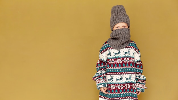 Menino de tiro médio posando com cópia-espaço Foto gratuita