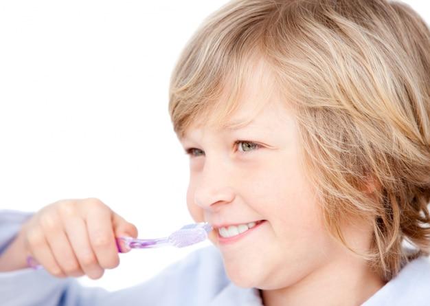 Menino descontraído escovando os dentes Foto Premium