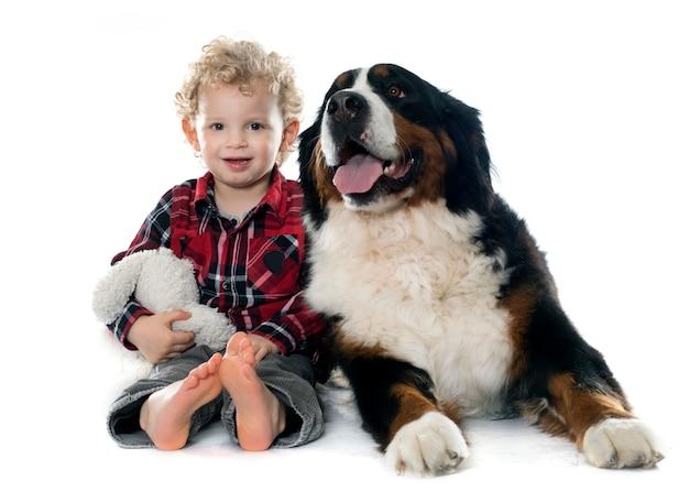 Menino e cachorro Foto Premium