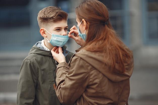Menino e mãe usam máscaras protetoras Foto gratuita