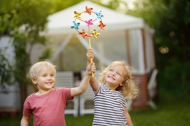 Menino e menina se divertindo durante caminhada Foto Premium