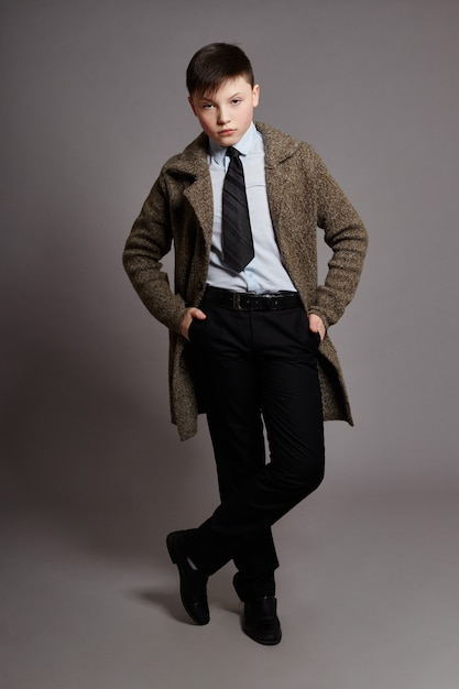 Menino é um empresário em uma camisa de paletó e gravata Foto Premium