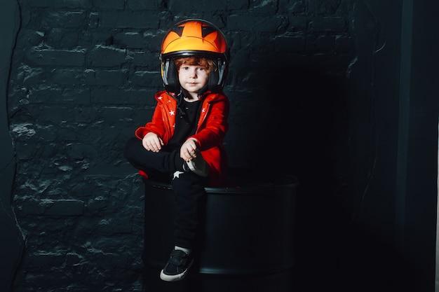 Menino, em, capacete, e, trendy, roupas, olhando câmera Foto Premium