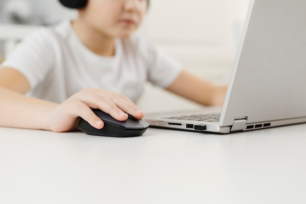 Menino em casa brincando no laptop Foto gratuita