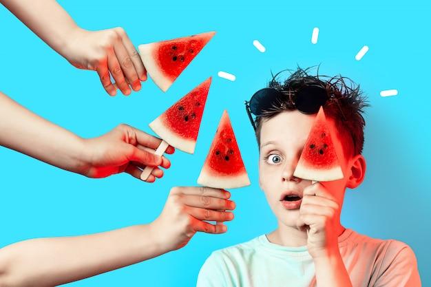 Menino, em, luz, t-shirt, melancia, ligado, um, vara, fecha um olho, ligado, azul Foto Premium