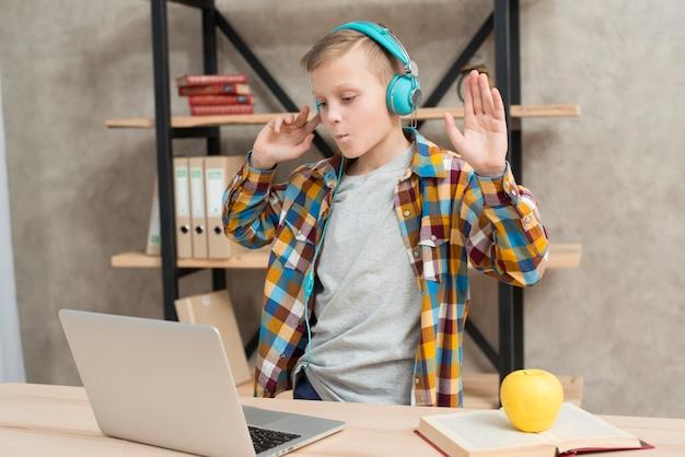 Menino, escutar música, ligado, laptop Foto gratuita
