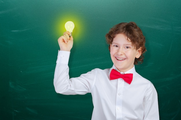 Menino esperto bonito feliz na escola. primeira vez na escola. de volta à escola. Foto Premium
