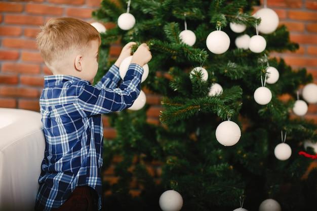 Menino feliz brincando Foto gratuita