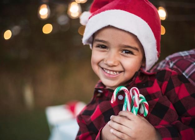 Menino feliz, celebrando, natal Foto gratuita