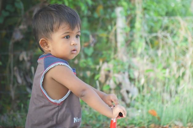 Menino jogando uma bicicleta usando uma perna arada é uma bicicleta Foto Premium