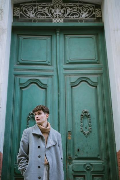 Menino jovem, com, agasalho, em, porta frente Foto gratuita