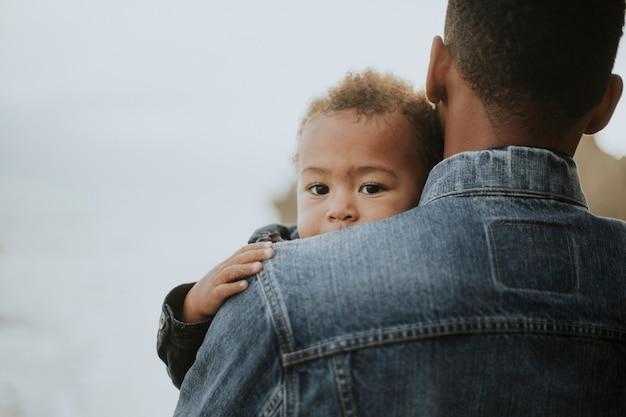 Menino jovem, levado, por, seu, pai, ao ar livre Foto Premium