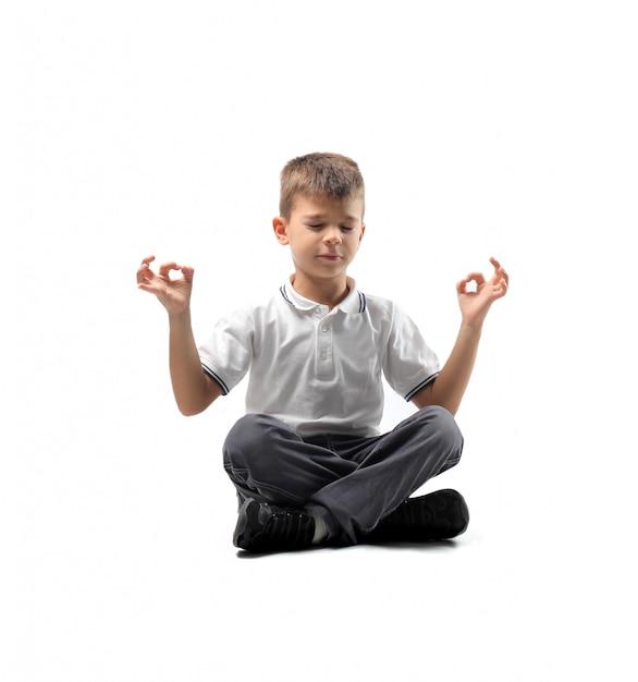 Menino meditando Foto Premium