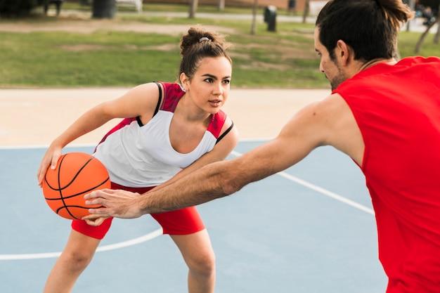 Menino menina, basquetebol jogo Foto gratuita