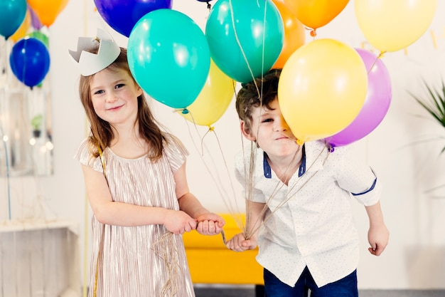 Menino menina, com, balões, sorrindo Foto Premium