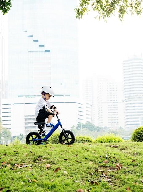 Menino, montando, aprendizagem, estilo vida, exercício Foto Premium