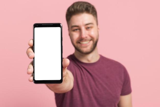 Menino, mostrando, telefone móvel Foto gratuita