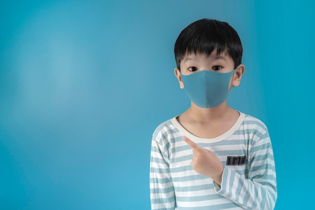 Menino na máscara de proteção de rosto médica. Foto Premium