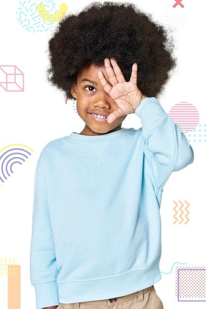 Menino negro com suéter azul no estúdio Foto gratuita