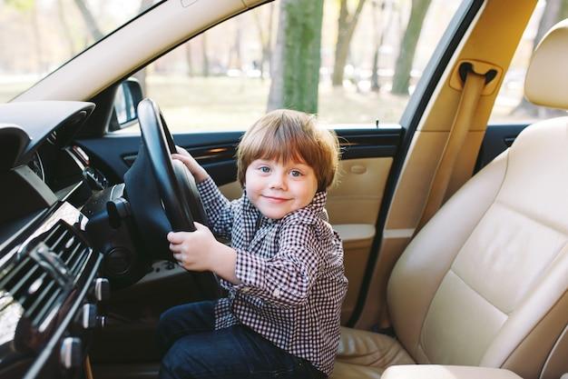 Menino no carro. Foto Premium