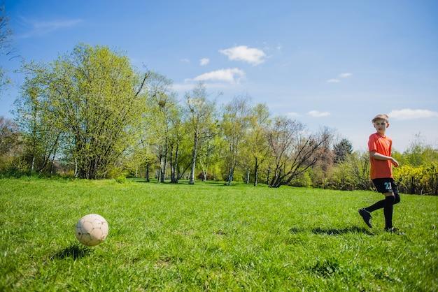 Menino, olhar, futebol, bola Foto gratuita