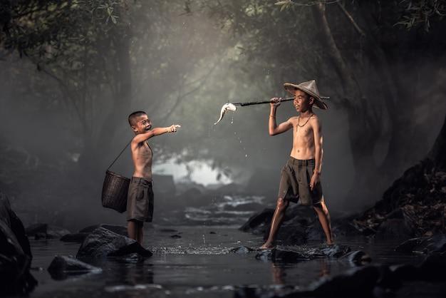 Menino, pesca, em, riachos Foto Premium