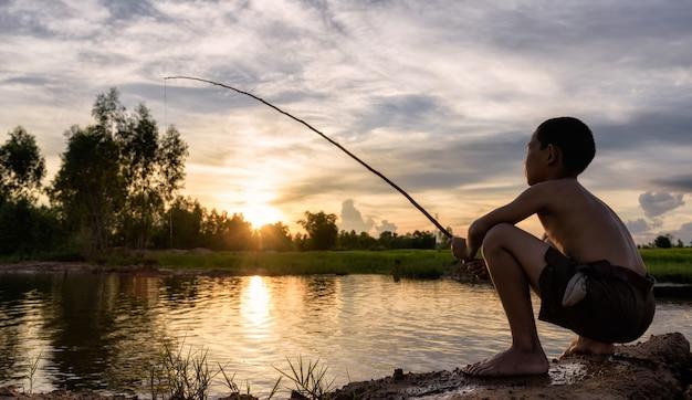Menino pesca Foto Premium
