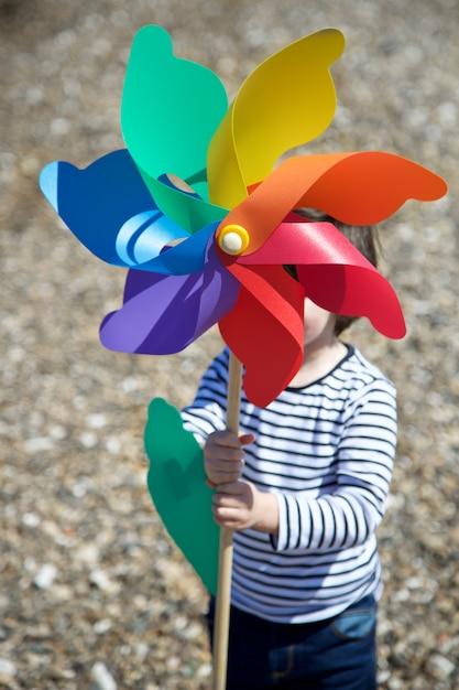 Menino, segurando, colorido, pinwheel Foto Premium