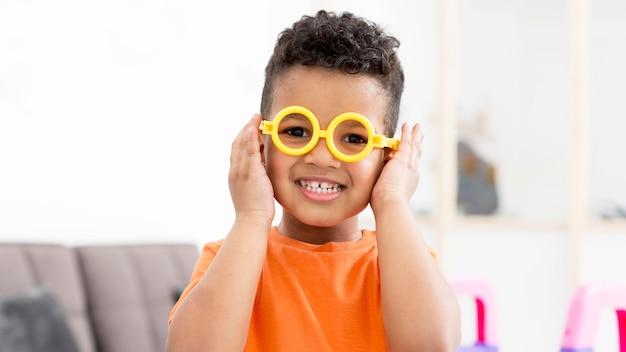 Menino sorridente com óculos Foto Premium