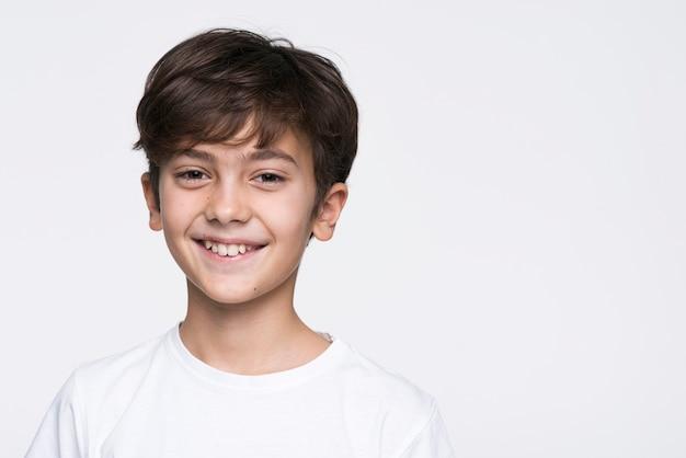 Menino sorridente de retrato Foto gratuita