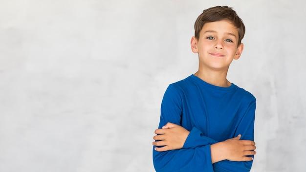 Menino sorridente sendo charmoso com espaço de cópia Foto Premium